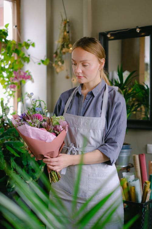The amazing benefits of sending flowers through an online service