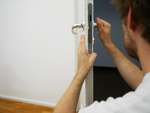 Hiring a locksmith for your lock and key purposes: 3 reasons